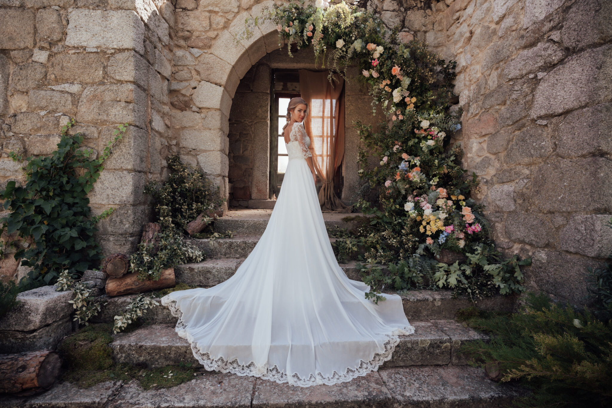 Sesión novios boda influencer vestido a medida en Finca el Gasco