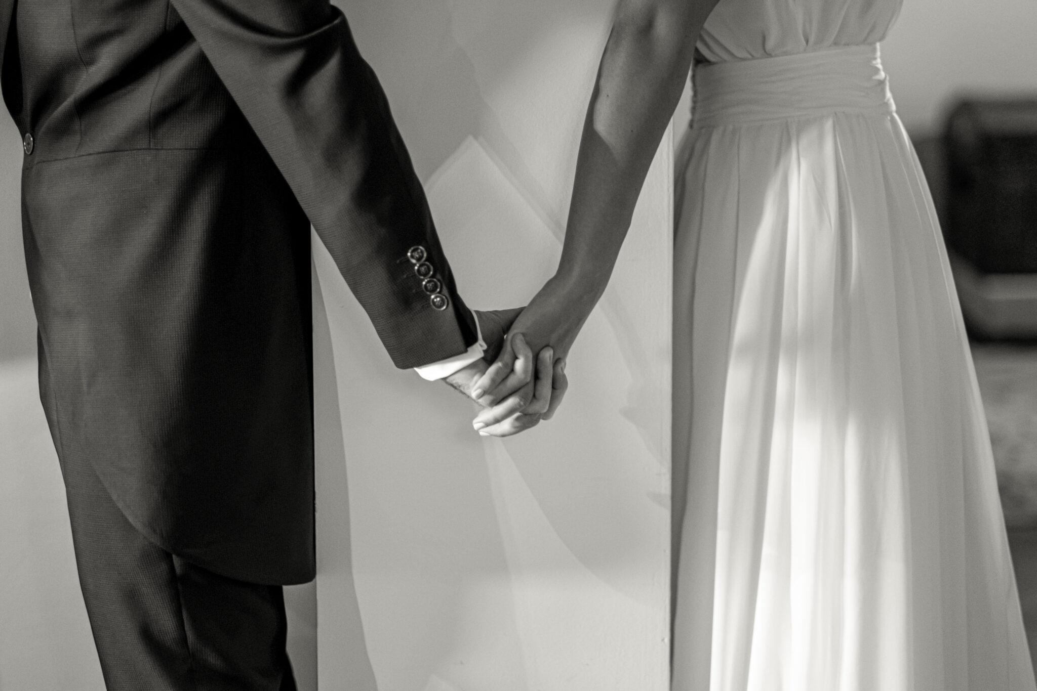 Foto encuentro antes de ceremonia novio y novia blanco y negro detalle manos